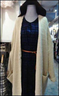 寬鬆的針織毛衣外套 就像不露痕跡的把小被子裹上身, 記得史努比裡面的奈勒斯吧, 就是喜歡拖著毯子走路的那位。 從小也喜歡拉著被子到處走的我,  早就期待可以名正言順的那樣做, 有了這樣的單品 我就不用害羞還覺得好自在。   最近上檔的電影巴黎御膳房裡女主角就穿著這樣的長毛衣外套,  慵懶保暖的穿搭 你也可以像法國電影女星一樣時尚。  https://www.facebook.com/messages/petitedoigt