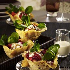 Parmesankörbchen mit Salat à la Caesar Rezept | LECKER