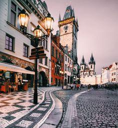 Красивые старинные улочки, прекрасные парки, река Влтава — недостатка в местах для романтических прогулок в столице Чехии точно нет.