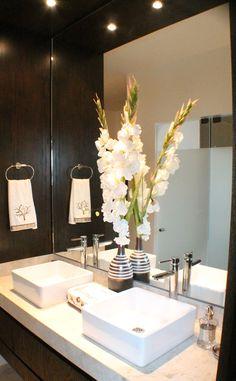 Lavabo doble y espejo para baño principal con adorno natural Grupo Agora, Monterrey Carretera Nacional