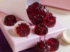 Wir machen aus Glühwein und Cranberries leckere Fruchtgummi-Gugelhupfe. Das Rezept ist ganz einfach.
