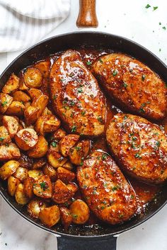 Mustard Pork Chops and Potato Skillet Honey Mustard Pork Chops and Potatoes Skillet - Best ever melt in your mouth, super delicious pork chops!Honey Mustard Pork Chops and Potatoes Skillet - Best ever melt in your mouth, super delicious pork chops! Honey Mustard Pork Chops, Honey Glazed Pork Chops, Balsamic Pork Chops, Honey Garlic Pork Chops, Meat Recipes, Cooking Recipes, Recipes For Pork Chops, Recipes Using Sausages, Pork Cutlet Recipes