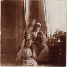 Empress Alexandra Feodorovna cercada por seus filhas as Grand Duchesses Anastasia Nikolaevna, Marie Nikolaevna, Tatiana Nikolaevna e Olga Nikolaevna, no Alexander Palace, em 1909.