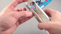 La perforatrice Pickmaster est une machine à médiator personnalisé faisant recycler ses vieilles cartes de crédit ou de fidélité en plectres