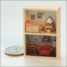 Микро домик масштаба 1:144, который помещается в спичечном коробке. Также подходит в качестве кукольного домика в кукольный дом масштаба 1:12. Обои, светильники, картины - все как в настоящем доме. На камине книжки, подсвечник и стеклянный шар, на туалетном столики духи и косметика. На мягком микро диванчике в гостиной недочитанная книжка, в спальне на стене портреты и цветы в напольной вазе для уюта. Micro house a scale of 1: 144, which is placed in a matchbox. Also suitable as a dollhouse…