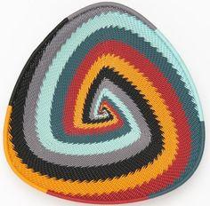 """Assiette """"Triangle""""Dimensions: 16 cm Disponible en 35 combinaisons de couleurs (modèle présenté: Blue Moutain)"""