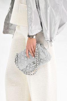 """Karl Lagerfeld apresentou a sua coleção Chanel primavera-verão 2016, nesta terça-feira, 6 de outubro, no Le Grand Palais, em Paris. O desfile desta vez, teve como cenário um aeroporto, o """"Aeroport Paris Cambon"""", onde tudo funcionava, perfeitamente, do check-in, à retirada das malas nas esteiras. A coleção bem feminina, combinou conforto e elegância com acessórios … Leia mais Chanel Primavera – Verão 2016, última chamada para embarque"""