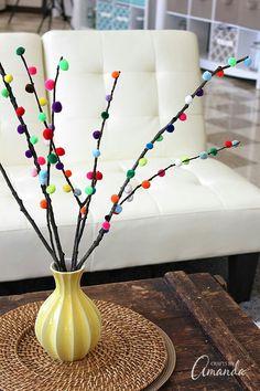 Crea un simple y colorido arreglo o centro de mesa para tu hogar usando unas cuantas ramas secas y pompones. Es realmente fácil y llenara de...