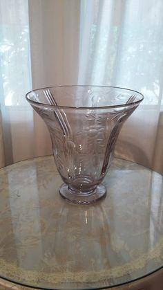 Anna Jorba Ricart. Música y cultura. Arte: Jarrón de cristal tallado a mano. Vintage