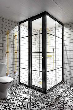 Duschhörn Mått och utformning efter kundens önskemål och behov. Allt till våtrum byggs uteslutande i rostfritt stål och med härdat glas. Konstruktion med spröjs på utsidan för enklare rengöring mot duschutrymmet. Pris beror på specifikation.