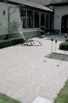 Jaren30woningen.nl   Inspiratie voor de bestrating van een terras bij een #jaren30 woning