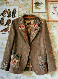 A floral appliqued tweed coat. via Marie Claire Idees Mode Style, Style Me, Diy Vetement, Diy Fashion, Womens Fashion, Altered Couture, Refashioning, Tweed Jacket, Tweed Blazer