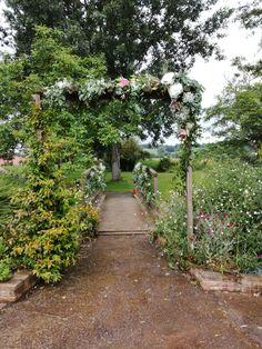 Tonnelle et pont gypsophile mariage www.arumanis.fr Sidewalk, Country Roads, Bridge, Weddings, Side Walkway, Walkway, Walkways, Pavement