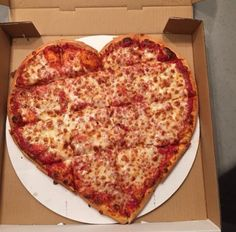 Happy Valentine's Day everyone.my gift to you is this most awesome pizza heart!yes Pizza Hut makes these! I Love Food, Good Food, Yummy Food, Comida Pizza, Pizza Food, Pizza Hut, Heart Shaped Pizza, Love Pizza, Food Goals