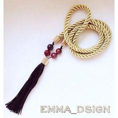 Sobrio y elegante collar elaborado a mano en cordón de seda, combinado con piedras de colores vibrantes.