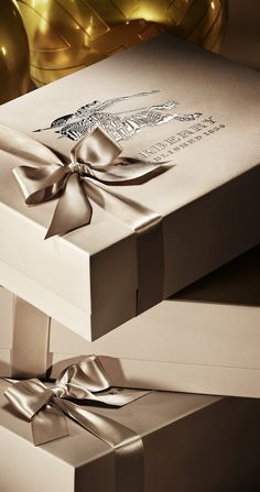 Elegantly Beribboned Burberry Boxes - Monochromatic color palettes add sophistication to any gift wrapping could gold emboss on a plain brown box! Wrapping Gift, Christmas Gift Wrapping, Christmas Gifts, Christmas Collage, Black Christmas, Christmas Colors, Merry Christmas, Burberry Store, Burberry Gifts