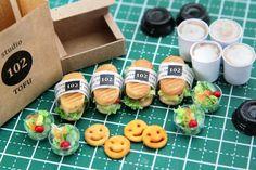 Miniature Sandwich ♡ ♡ By Studio Tofu Miniature Crafts, Miniature Food, Polymer Clay Miniatures, Dollhouse Miniatures, Barbie, Mini Pastries, Mini Craft, Doll Food, Japanese Snacks