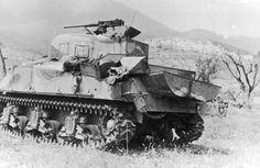 """Zniszczony czołg M4 Sherman kpt. Ezmana z 6 Pułku Pancerenego """"Dzieci Lwowskich""""."""