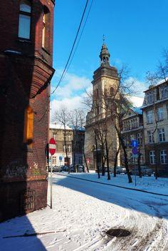 Bytom | za każdym rogiem zabytkowa architektura - w tle widoczny fragment barokowego kościoła św. Wojciecha | Bytom | fot. Henryk Puzio