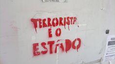"""Stencil vermelho com os dizeres  """"Terrorista é o ESTADO"""". A mensagem foi deixada por um autor desconhecido, informando a respeito de seu posicionamento político e possivelmente promovendo discussões acerca do tema."""