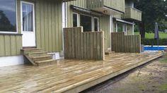 Bygget terrasse / platting for rekkehus Garage Doors, Deck, Outdoor Decor, Home Decor, Nature Pictures, Summer, Decoration Home, Room Decor, Front Porches