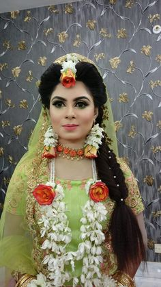 Flower Jewellery For Mehndi, Flower Jewelry, Bridal Jewellery, Pakistani Bridal, Bridal Lehenga, Wedding Looks, Wedding Wear, Bridal Mehndi Dresses, Choice Fashion