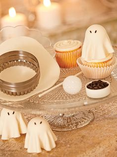 Create petite poltergeists to garnish cocktails and cupcakes for #Halloween. Get the tutorial from @sandrashm on Evite Gatherings!