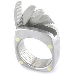 多種機能結合在一起的戒子:Titanium Utility Ring