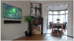Woonkamer jaren 30, houten vloer, originele schouw, tv mooi weg gewerkt.