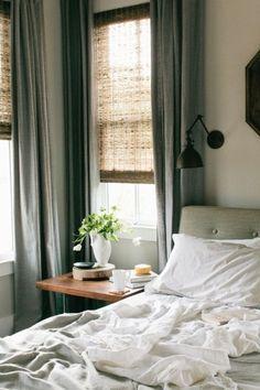 ベッドルームのように日の光をしっかりシャットアウトしたい場所には、厚手のリネンのカーテンを。軽い素材のブラインドと組み合わせると、インテリアの雰囲気が変わりますね。