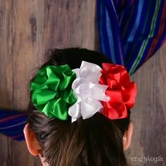 Estas fiestas patrias haz un bonito moño y luce espectacular en la noche mexicana. Making Hair Bows, Diy Hair Bows, Diy Bow, Diy Ribbon, Mexican Hairstyles, Diy Hairstyles, Pretty Hairstyles, Mexican Bridal Showers, How To Make Ribbon