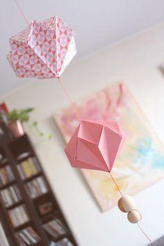 Cet été j'ai eu envie de profiter de mes longues semaines de congés pour m'essayer à de nouvelles techniques.L'une d'entre elles l'origami était une belle occasion de tester ma patience et mon sens de la précision. Pour me lancer je suis partie sur la création d'une suspension réalisée à partir de diamant et de perles en bois. Les diamants sont assez facile à réaliser si l'on trouve un tuto bien détaillé pour apprendre à les fabriquer. En effet il ne faudra pas passer à coté de certaines…
