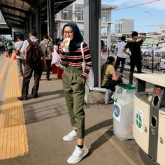Discover recipes, home ideas, style inspiration and other ideas to try. Casual Hijab Outfit, Ootd Hijab, Casual Outfits, Fashion Outfits, Hijab Jeans, Casual Ootd, Hijab Chic, Style Fashion, Modern Hijab Fashion