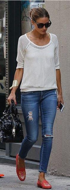 Style classique/sport : Jean destroy, pull blanc, sac noir et ballerines rouge pour la couleur;
