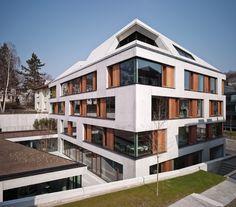 Südansicht mit Gartenhof und eingeschnittener Loggia im Dachgeschoss / Klaus Mellenthin für Blocher Blocher Partners