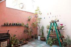 Belén y Javier. PH al fondo. Un ambiente, con mini entrepiso y patio en Colegiales, Ciudad de Buenos Aires.