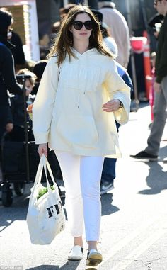 cd4a8f472feb Sunday shopping  Anne Hathaway picked up some fresh produce with her father  at a Studio City farmers  market