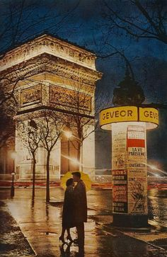 22-Couple-embracing-in-front-of-The-Arc-de-Triomphe-June1960