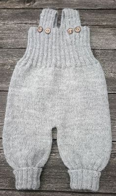 Baggy Baby Pattern by By Amstrup - baby pants . - Baggy Baby Pattern by By Amstrup – baby pants - Baby Cardigan, Knit Baby Pants, Baby Pants Pattern, Baby Boy Knitting Patterns, Baby Sweater Knitting Pattern, Knitted Baby Clothes, Baby Vest, Knitting For Kids, Baby Patterns