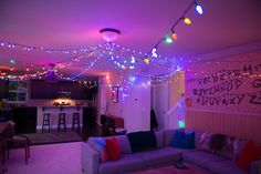 Decorate the house in perfect Stranger Things for halloween Stranger Things Theme, Stranger Things Christmas, Stranger Things Aesthetic, Stranger Things Season 3, Stranger Things Netflix, Stranger Things Halloween Decorations, Stranger Things Halloween Costume, Labo Photo, 2000s Party