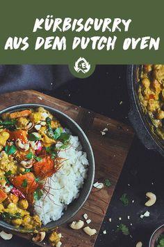 Ein gutes Rezept für Curry ist goldwert. Also schreib dir das hier direkt hinter die Ohren! Wenn du außerdem was brauchst, das dich im Herbst über den verschwundenen Sommer hinwegtröstet, bist du hiermit immer auf der sicheren Seite. Reichhaltig, wärmend und RICHTIG lecker ist dieses Kürbiscurry mit Kichererbsen, Spinat und Spitzpaprika allemal. Und nebenbei auch noch ein heißer Kandidat für deine herbstlichen Dutch-Oven-Sessions. Wat willste also mehr? Italian Carbonara Recipe, Grill Dessert, Pumpkin Curry, Quick Meals, Barbecue, Veggies, Veggie Bbq, Vegan, Ethnic Recipes