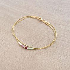Bracelet minimaliste et délicat, composé de petites perles multicolores sur fine chaîne dorée.  Diamètre des perles : 1,6 mm  Choisissez votre couleur