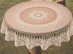 Cette nappe fait un diamètre de 95 cm et peut aussi faire un magnifique centre de table ou une sur-napppe