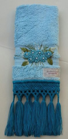 Toalha fio egípcio bordada à mão com sianinha e acabamento em macramé.