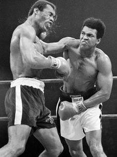 Muhammad Ali vs Ken Norton Ken Norton fought Ali 3 times beating him once n breaking his jaw , I thought he beat him in their last fight many did too at Yankee Stadium. Mohamed Ali, Sports Illustrated, Ufc, Kentucky, Boxing History, Float Like A Butterfly, Boxing Champions, Sport Icon, Sports Figures