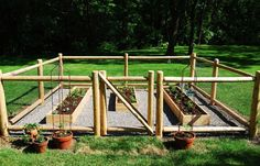 Potager Garden 27 Cheap DIY Fence Ideas for Your Garden, Privacy, or Perimeter - Do you need a fence that doesn't make you broke? Learn how to build a fence with this collection of 27 DIY cheap fence ideas. Small Garden Fence, Fenced Vegetable Garden, Small Garden Landscape, Garden Privacy, Backyard Fences, Garden Beds, Backyard Landscaping, Cheap Garden Fencing, Garden Fences