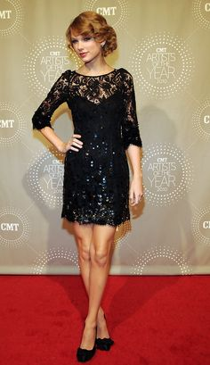 Taylor Swift Beaded Dress - Taylor sparkles in a breathtaking beaded lace gown on the CMT Artists of the Year red carpet. The Jenny Packham design is just Taylor& style! Taylor Swift Moda, Estilo Taylor Swift, Taylor Swift Style, Taylor Alison Swift, Swift 3, Party Fashion, Fashion Week, Big Fashion, Image Fashion