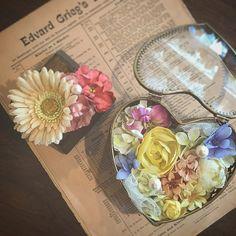 花嫁さまのリングピローレッスン** ・ アンティークのジュエリーケースをご持参頂き、お花をコラージュ✨ パールを取り付けてリングをかけれるように*・゜・*:. happyがたくさんつまったリングピローになりました(*^^*) ・ 旦那さまはお隣で、新婦さまの普段用の髪飾りの制作✨とても丁寧に*・゜・*:.丁寧に*・゜・*: 男性からのときめく素敵なプレゼントですね✨ pono #cocochiOmbrage#wedding#オンブラージュ#アトリエ#結婚式#結婚式準備#プレ花嫁#リングピロー#花冠#花かんむり#ヘッドドレス#ウェルカムボード#ブーケ#アーティフィシャルフラワー#花#髪飾り#大阪#箕面#小野原#ハンドメイド#プレゼント