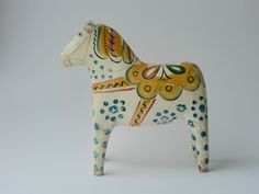 I found  this Dala horse at an antique fair and couldn´t resisit it even though it cost me a small fortune. It has so much personality and I love the painting.