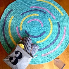 alfombra trapillo Crochet Crafts, Crochet Projects, Crochet Furniture, Homemade Rugs, Cotton Cord, Knit Rug, Crochet Cord, Crochet Carpet, Fabric Scissors